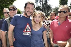 Il leader della Lega Matteo Salvini e Tecla Fraschini, candidato sindaco alle elezioni comunali, posano per i fotografi in occasione di un incontro pubblico in un mercato di Segrate (Milano), 08 giugno 2015. ANSA/FLAVIO LO SCALZO