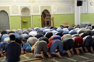 Un momento di pregheria nella moschea Centro Taibba di Via Chiavasso 12, Torino, 11 agosto 2010. Un mese di preghiera, purificazione, solidarietà e perdono: per oltre un milione e 200mila musulmani d'Italia inizia oggi il Ramadan. ANSA/TONINO DI MARCO